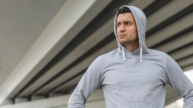 Retrato de hombre adulto listo para hacer ejercicio