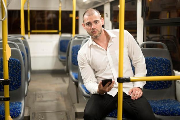 Retrato de hombre adulto montando autobús