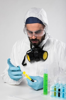Retrato de hombre adulto tomando muestras médicas