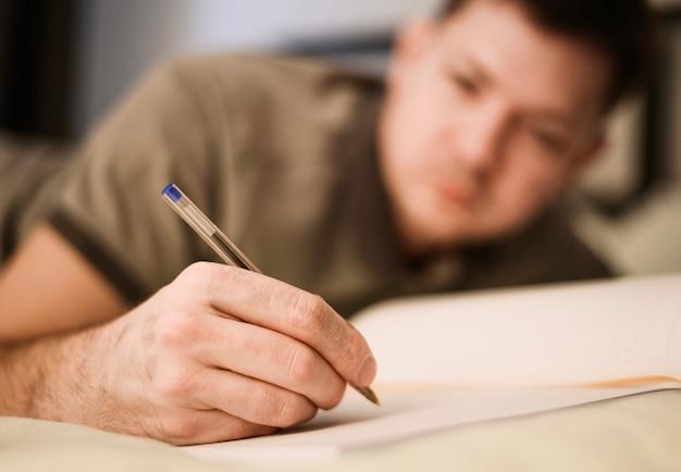 Retrato de hombre adulto tomando notas de trabajo