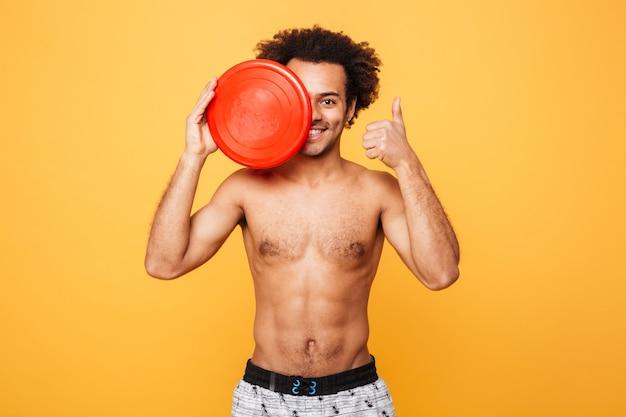 Retrato de un hombre africano feliz en ropa de verano