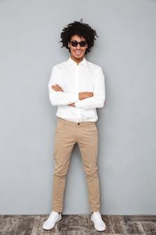 Retrato de un hombre africano riendo feliz en camisa blanca