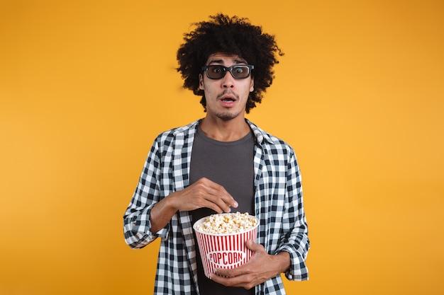 Retrato de un hombre afroamericano asustado en gafas 3d