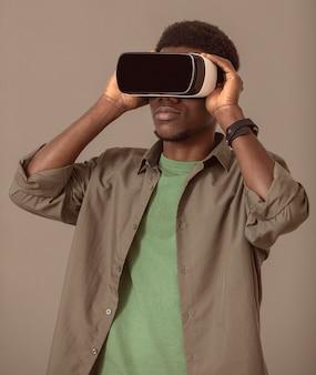 Retrato de hombre afroamericano con casco de realidad virtual