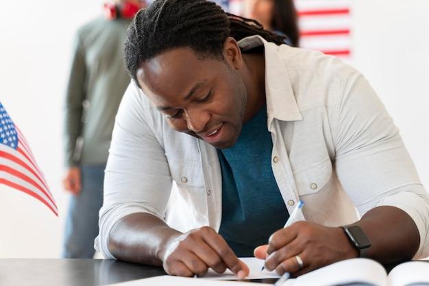 Retrato de hombre afroamericano en el día de registro de votantes