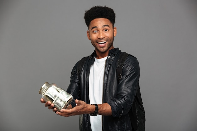 Retrato de un hombre afroamericano emocionado satisfecho