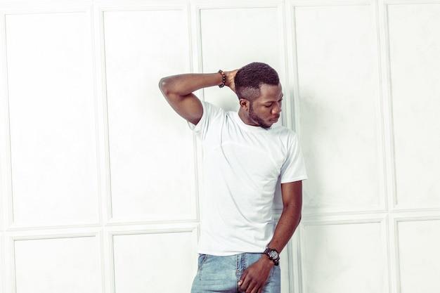 Retrato de hombre afroamericano posando