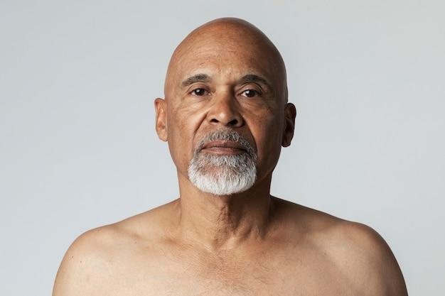 Retrato de un hombre afroamericano senior semi-desnudo