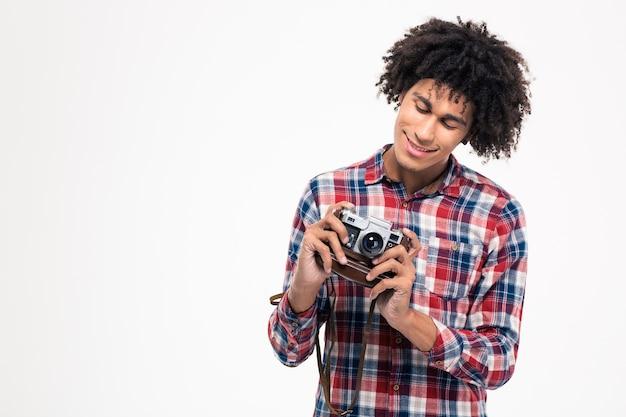 Retrato de un hombre afroamericano sonriente haciendo fotos en una cámara antigua