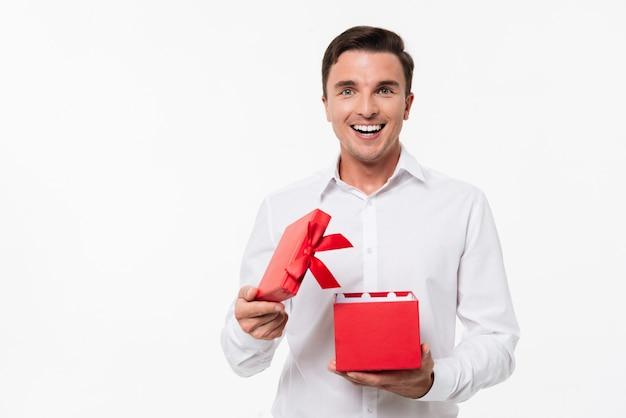 Retrato de un hombre alegre emocionado en camisa blanca