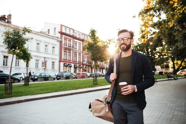 Retrato de un hombre alegre tomando café