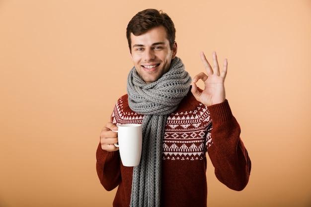 Retrato de un hombre alegre vestido con suéter y bufanda