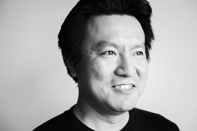 Retrato de un hombre asiático de mediana edad
