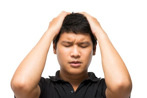 Retrato de hombre asiático siente y gesto decepcionado o tensión o deprimido sobre fondo blanco.