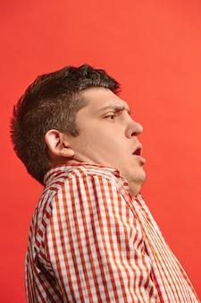 Retrato del hombre asustado. hombre de negocios que se encuentran aisladas sobre fondo rojo moderno estudio. retrato masculino de medio cuerpo.