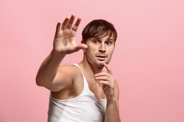 Retrato del hombre asustado en rosa