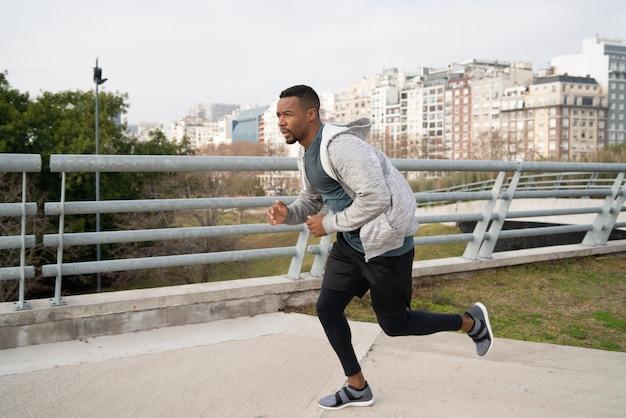 Retrato de un hombre atlético corriendo.