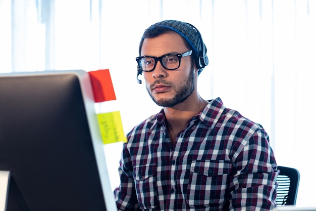Retrato de hombre con auriculares