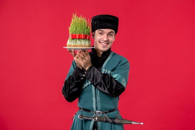 Retrato de hombre azerí en traje tradicional con semeni en rojo