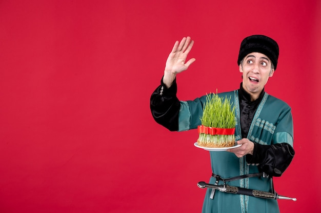 Retrato de hombre azerí en traje tradicional con semeni verde sobre rojo