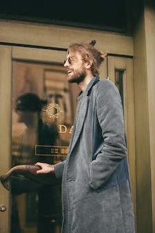 Retrato de un hombre barbudo elegante vestido con abrigo