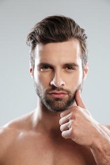 Retrato de un hombre barbudo encantador y desnudo