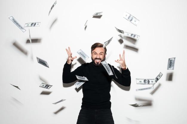 Retrato de un hombre barbudo feliz celebrando el éxito