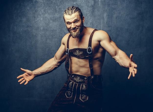 Retrato de un hombre barbudo musculoso atlético posando