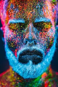 Retrato de hombre barbudo con polvo ultravioleta