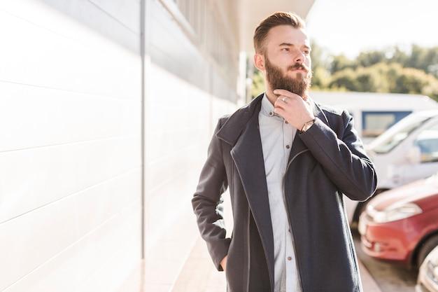 Retrato de un hombre barbudo que mira lejos