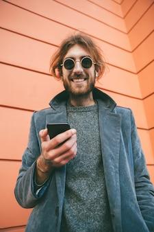 Retrato de un hombre barbudo sonriente en abrigo