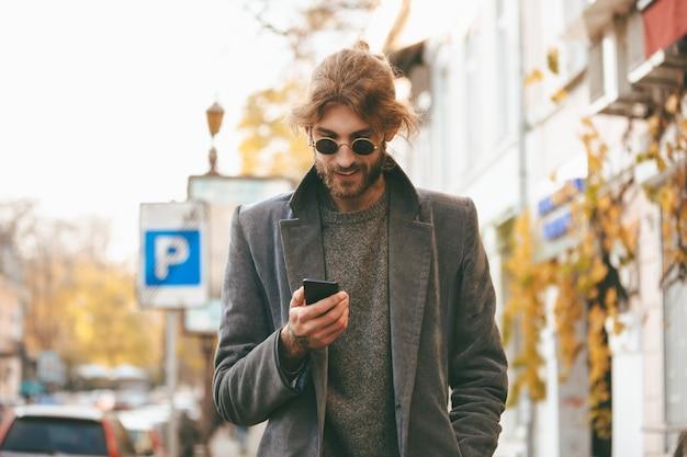 Retrato de un hombre barbudo sonriente en auriculares