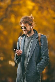 Retrato de un hombre barbudo sonriente
