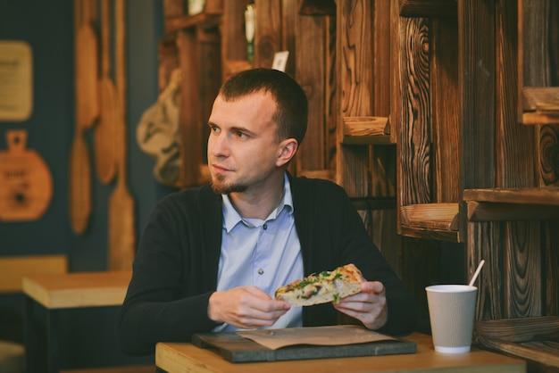 Retrato hombre beber café sentado en la cafetería.
