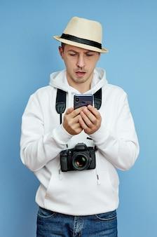 Retrato de un hombre blogger con un teléfono en la mano