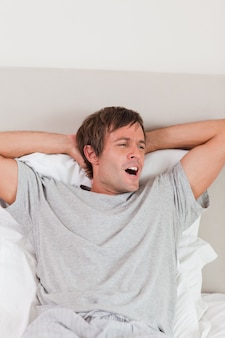Retrato de un hombre bostezando