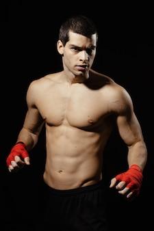 Retrato de hombre boxeador posando