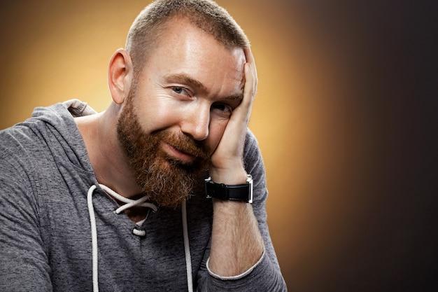 Retrato de un hombre brutal con barba