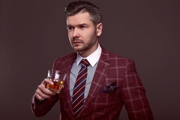 Retrato de hombre brutal elegante en un traje caro