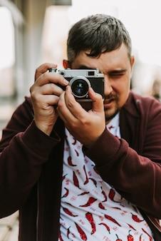 Retrato de un hombre con una cámara retro