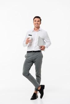 Retrato de un hombre con una camisa blanca