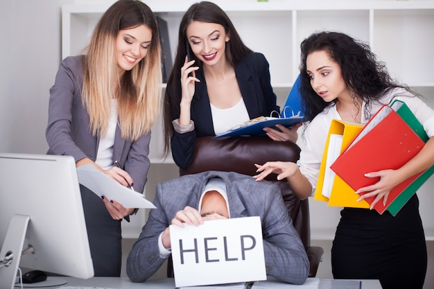 Retrato de hombre cansado que tiene un largo día de trabajo y necesita ayuda