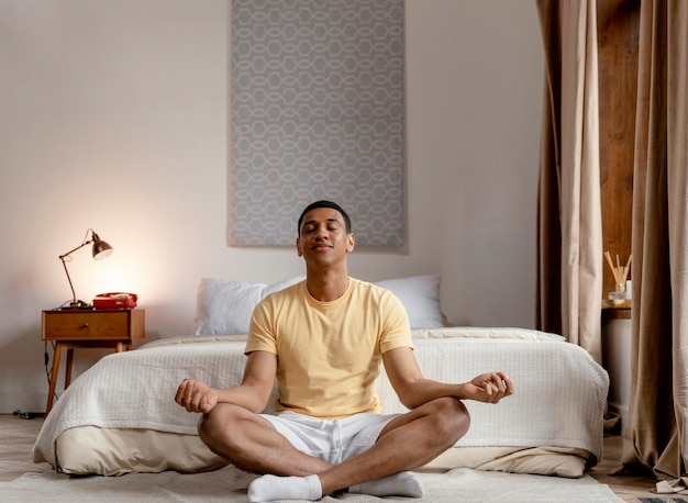 Retrato, hombre, en casa, meditar