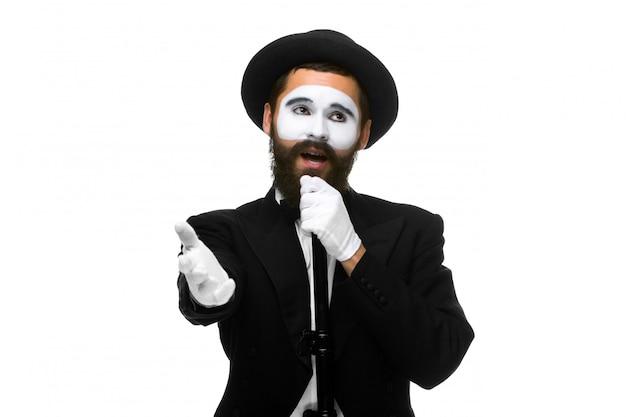 Retrato de un hombre como mimo con tubo o micrófono de estilo retro