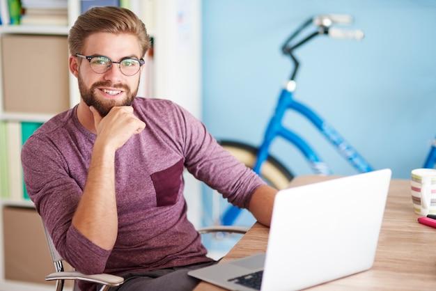 Retrato, de, un, hombre, con, computador portatil