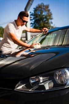 Retrato de un hombre conductor limpieza coche