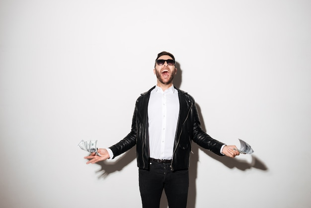 Retrato de un hombre confiado feliz en gafas de sol