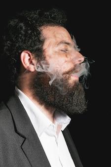 Retrato de hombre elegante barba vestida
