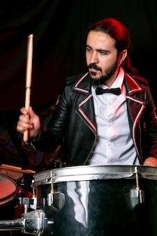 Retrato de hombre elegante tocando la batería