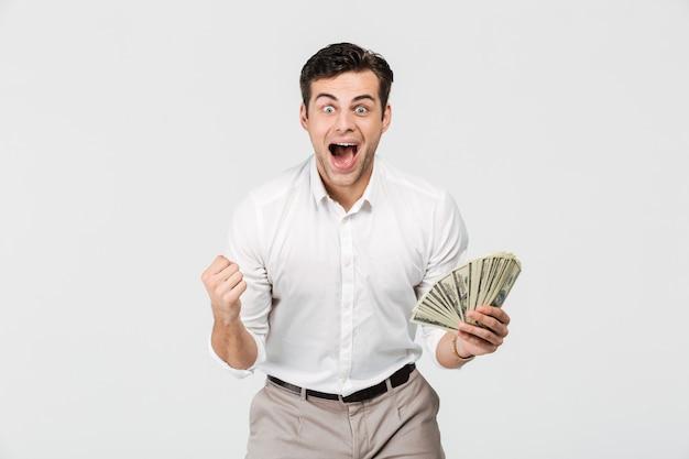 Retrato de un hombre emocionado alegre